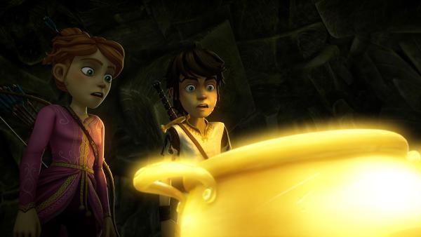Arthur und Guinevere staunen: Die Suppe im Zauberkessel füllt sich von selbst wieder auf.   Rechte: SWR/Blue Spirit Productions/TéléTOON+/Canal+