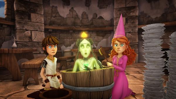 Arthur und Guinevere finden die Wasserfee Ondine versteckt in einem Waschtrog. | Rechte: SWR/Blue Spirit Productions/TéléTOON+/Canal+