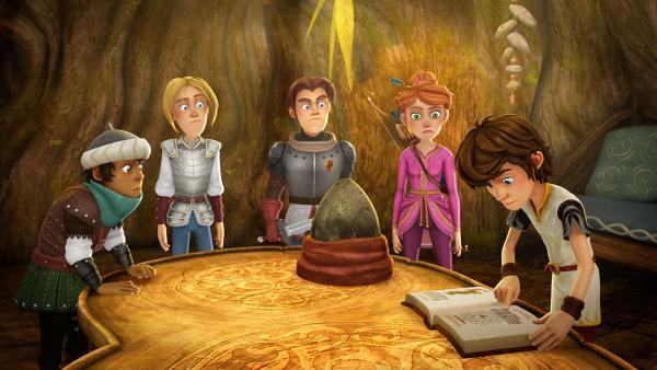 Arthur und seine Freunde schlagen im Drachenlexikon nach, wie man ein Drachenei ausbrütet. | Rechte: SWR/Blue Spirit Productions/TéléTOON+/Canal+