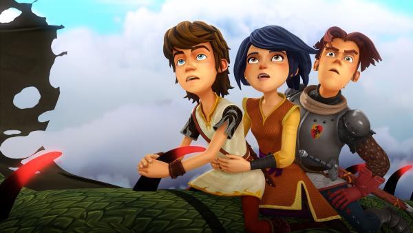 Auf einem Lindwurm reitend retten Arthur, Morgan und Gawain die Zauberwelt.   Rechte: SWR/Blue Spirit Productions/TéléTOON+/Canal+