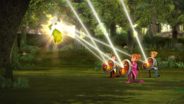 Mit ihren Schilden lenken die Freunde der Tafelrunde die Sonnenstrahlen auf die lichtempfindliche Fee des Zauberwaldes.   Rechte: SWR/Blue Spirit Productions/TéléTOON+/Canal+