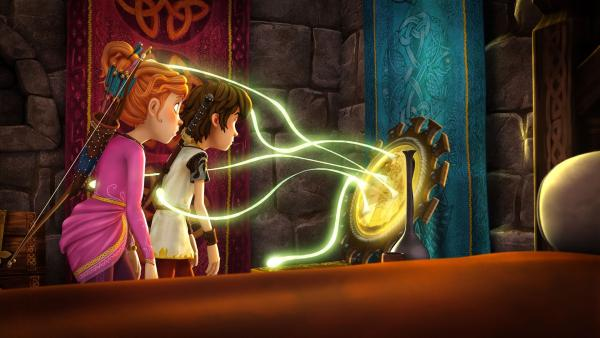 Guinevere und Arthur sind hypnotisiert. Der verzauberte Spiegel saugt jeden ein, der zu lange hineinsieht. | Rechte: SWR/Blue Spirit Productions/TéléTOON+/Canal+
