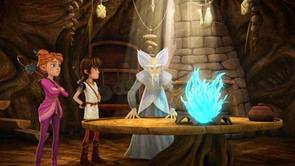 Merlin untersucht das Irrlicht, das Guinevere und Arthur in Wald gefunden haben. | Rechte: SWR/Blue Spirit Productions/TéléTOON+/Canal+