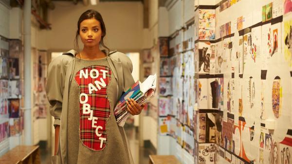 Nyela (Ella Balinska) trägt ein für sie entworfenes Kleid von Leigh, das von ihrer Vergangenheit als Fotomodel inspiriert wurde. | Rechte: ZDF/Depesche/Des Willie