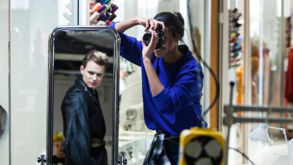 Nyela (Ella Balinska) fotografiert Jamie (Chris Jenks) für ein gemeinsames Portraitfoto-Projekt. | Rechte: ZDF/Depesche/Luke Varley