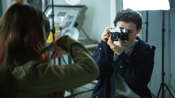 Leigh (Tafline Steen, re.) fotografiert Sams Ex-Freundin Satori (Dounia Hendrin, li.) bei einem gemeinsam Portraitfoto-Projekt. | Rechte: ZDF/Depesche/Luke Varley