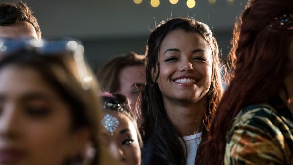 Nyela (Ella Balinska) besucht das Konzert ihres Freundes Lenny. Nach einem misslungenen Date, lässt sie sich von der Musik wieder aufmuntern und  mitreisen. | Rechte: ZDF/Depesche/Holly Wren