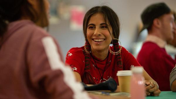 Satori (Dounia Hendrin, li.) freundet sich allmählich mit Nyela (Ella Balinska, re.) an. Beide planen einen gemeinsamen Theaterbesuch. | Rechte: ZDF/Depesche/Luke Varley