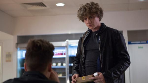 Lenny versucht sich wieder mit Sam zu vertragen und fragt ihn, ober er ihm ein Jackett entwerfen darf. Der blockt aber ab.   Rechte: ZDF/Depesche/Luke Varley
