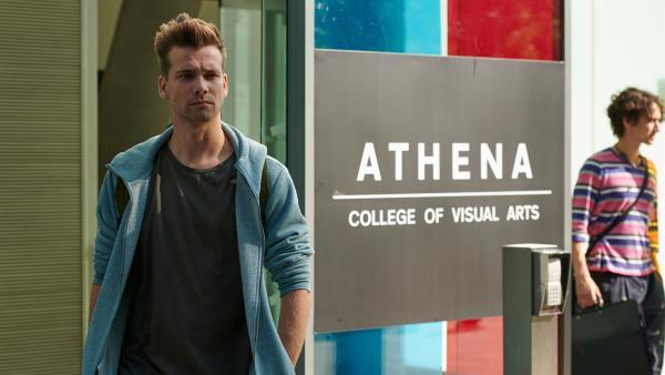 Sam (Oliver Dench) hat Neisha (Eve Austin) gesagt, dass er nicht mit ihr zusammen sein will. Er hat familäre Sorgen und eigentlich immer noch Interesse an Nyela (Ella Balinska).   Rechte: ZDF/Depesche/Des Willie