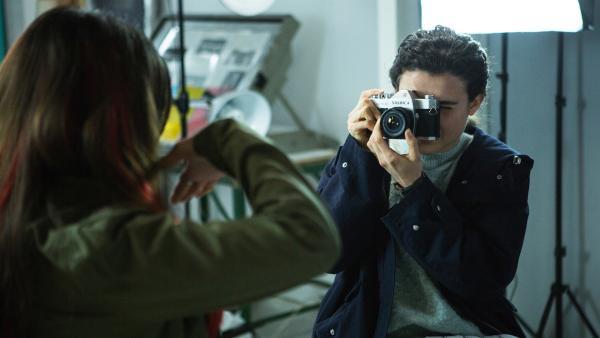 Satori (Dounia Hendrin) bemüht sich um Leigh (Tafline Steen). Wie wird sie sich entscheiden? | Rechte: ZDF/Depesche/Luke Varley