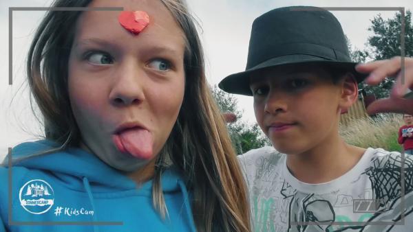 Grimassen schneiden für die KidsCam | Rechte: KiKA