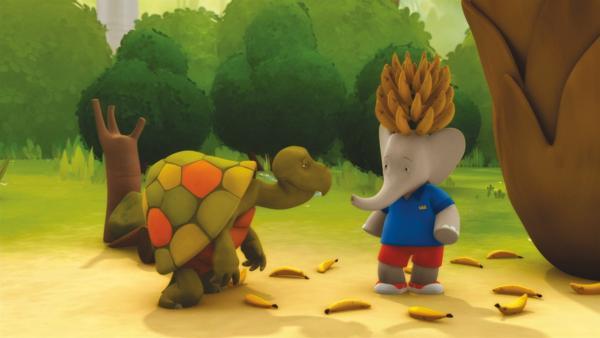 Badou (mit Bananenkrone) holt sich Rat bei der weisen Schildkröte Galopp. | Rechte: KiKA/Nelvana Limited
