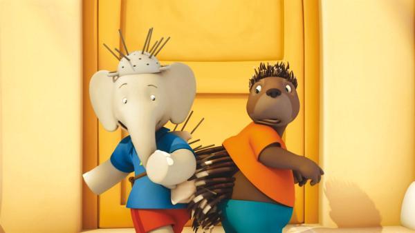 Badou und Munroe hängen mit ihren Stacheln aneinander fest. | Rechte: KiKA/Nelvana Limited