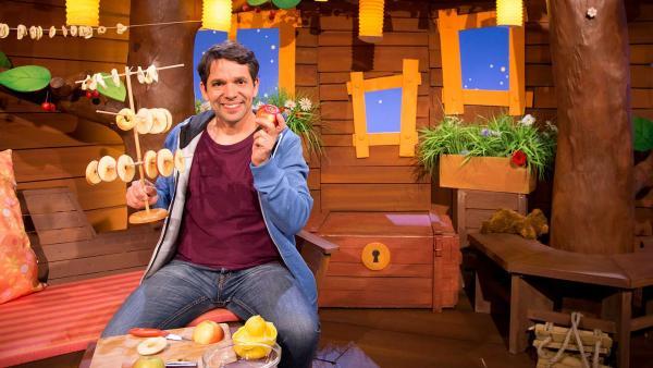 Juri macht Apfelringe. | Rechte: KiKA