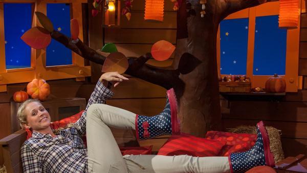 Singa übt einen Zauberspruch gegen Regen. | Rechte: KiKA