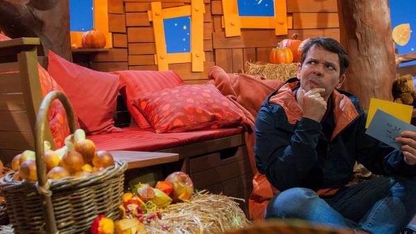 Juri grübelt über Singas Rätsel. | Rechte: KiKA