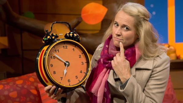 Singa erklärt die Zeitumstellung. | Rechte: KiKA/Tizian Hempel
