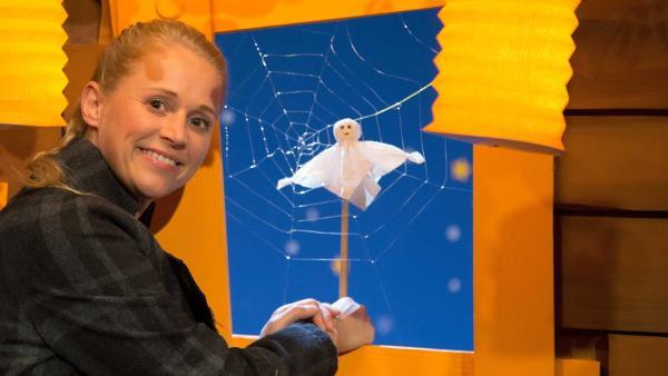 Singa bastelt Gespenster für Halloween. | Rechte: KiKA/Tizian Hempel