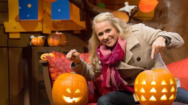 Singa hat Kürbis-Laternen gebastelt, damit es zu Halloween auch schaurig-gemütlich wird. | Rechte: KiKA/Tizian Hempel