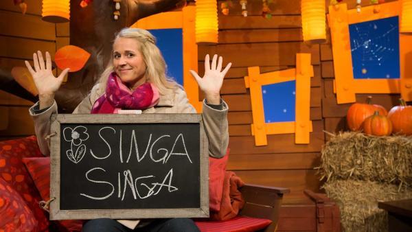 Singa versucht mit Rechts und Links zu schreiben. | Rechte: KiKA/Tizian Hempel