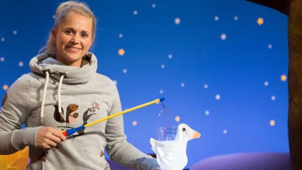 Singa bastelt Laternen für den Umzug. | Rechte: KiKA/Tizian Hempel