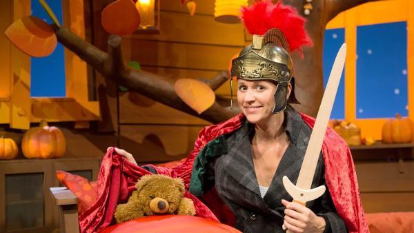 Singa teilt ihren Umhang mit Teddy. | Rechte: KiKA/Tizian Hempel