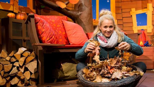 Singa fragt sich, was eigentlich mit dem ganzen Laub im Herbst passiert. | Rechte: KiKA/Tizian Hempel