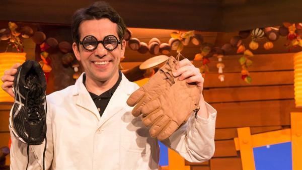 Prof. Juri erklärt den Begriff Handschuh. | Rechte: KiKA/Tizian Hempel