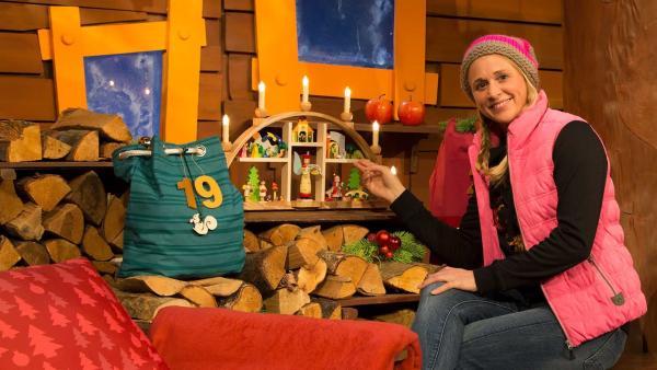 Singa bekommt einen Schwibbogen geschenkt. | Rechte: KiKA/Lea Klebba