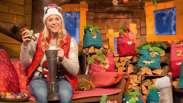 Singa freut sich über den Besuch des Nikolaus. | Rechte: KiKA/Ronja Bachofer