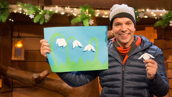 Juri bastelt Schneeglöckchen aus Papier. | Rechte: KiKA/Tizian Hempel
