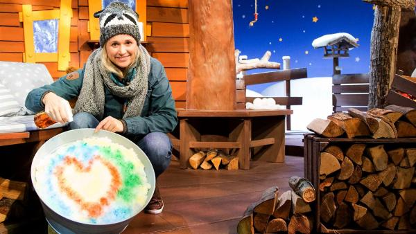 Singa färbt den Schnee. | Rechte: KiKA/Tizian Hempel