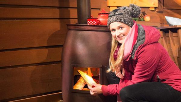 Singa bastelt sich ein eigenes Feuer. | Rechte: KiKA/Tizian Hempel
