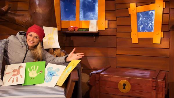 Singa malt Tiere mit Fingerfarbe. | Rechte: KiKA/Dorit Jackermeier