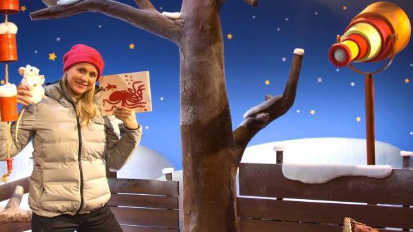 Singa findet einen Rätselkarton. | Rechte: KiKA/Dorit Jackermeier