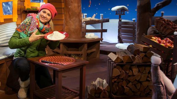 Singa spielt ein Spiel mit Mehl. | Rechte: KiKA/Dorit Jackermeier