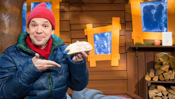Juri belegt sich Brote mit besonderen Zutaten. | Rechte: KiKA/Tizian Hempel