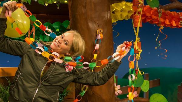Singa schmückt das Baumhaus für Fasching. | Rechte: KiKA/Josefine Liesfeld