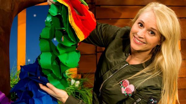 Singa entfernt die Faschingsdeko. | Rechte: KiKA/Josefine Liesfeld