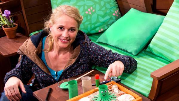 Singa bastelt eine Klorollen-Krake. | Rechte: KiKA/Josefine Liesfeld