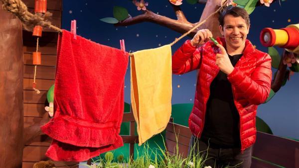 Juri spielt mit einer Wäscheklammer. | Rechte: KiKA/Josefine Liesfeld