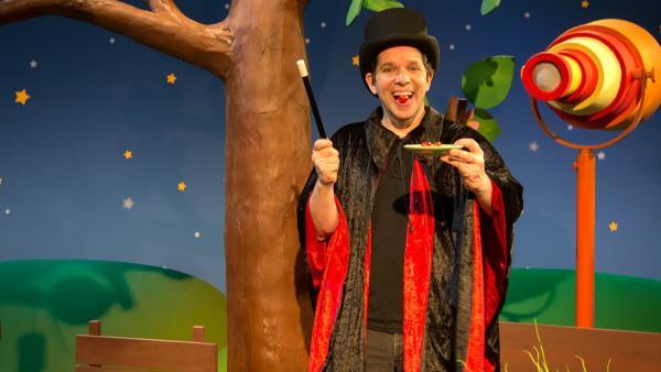 Juri zaubert mit einer Tomate. | Rechte: KiKA/Josefine Liesfeld