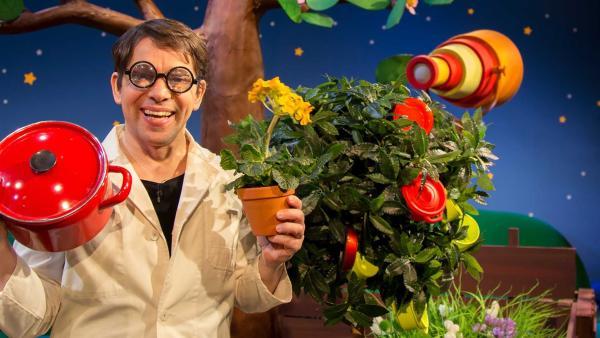 Prof. Juri erklärt was eine Topfpflanze ist. | Rechte: KiKA/Josefine Liesfeld