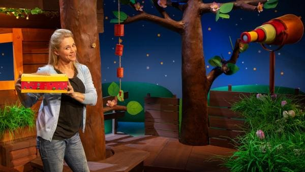 Singa zeigt ihre Wort-Schatz-Kiste. | Rechte: KiKA/Dorit Jackermeier