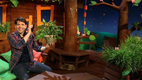 Juri redet mit den Pflanzen. | Rechte: KiKA/Nadja Usbeck