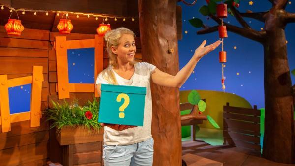 Singa findet einen Rätselkarton. | Rechte: KiKA/Vanessa Loos