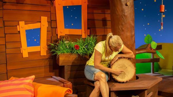 Singa zählt Baumjahre. | Rechte: KiKA/Vanessa Loos
