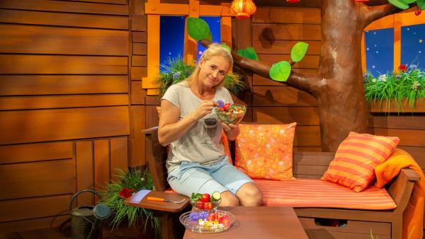 Singa isst einen Salat mit Blüten. | Rechte: KiKA/Vanessa Loos
