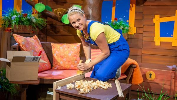 Singa hobelt Holz für eine Schaukel. | Rechte: KiKA/Dorit Jackermeier